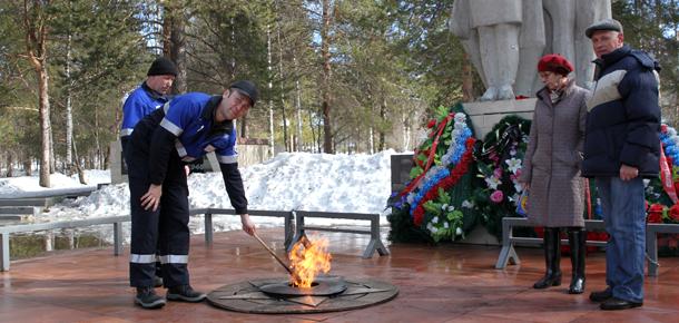 Вечный огонь у монумента «Никто не забыт» на площади Победы в Печоре