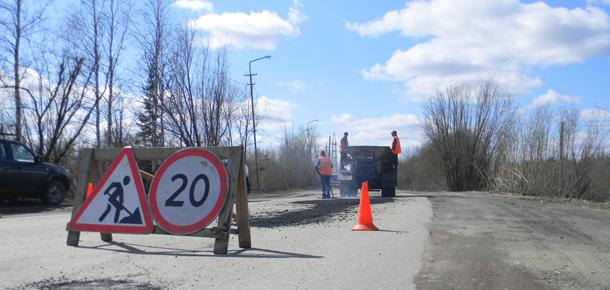 После дождичка в четверг ремонтировали дорогу в Печоре