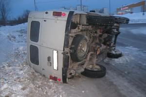 В Печоре учебный автомобиль «уложил» «буханку» на бок