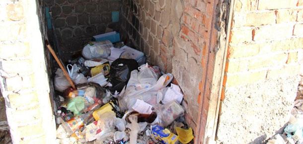 Жильцы дома №47 по ул. Западной в Печоре оставляют мусор прямо в подъездах