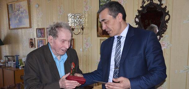 Глава МР «Печора», директор Печорской ГРЭС С.Н. Кислицин вручил ветеранам Великой Отечественной войны