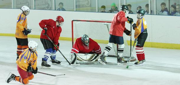 Праздничный турнир по хоккею с шайбой, посвященный юбилею Победы, прошел в Печоре