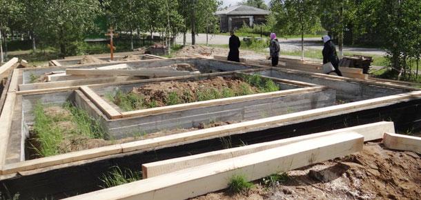 12 июня в п. Озерный Печорского района началось долгожданное возведение стен храма иконы Божией Матери «Иверская»