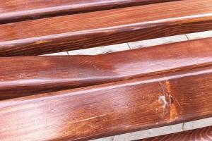 В Печоре вандалы сломали новые скамейки