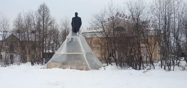 В Печоре продолжаются так называемые ремонтные работы памятника Максиму Горькому