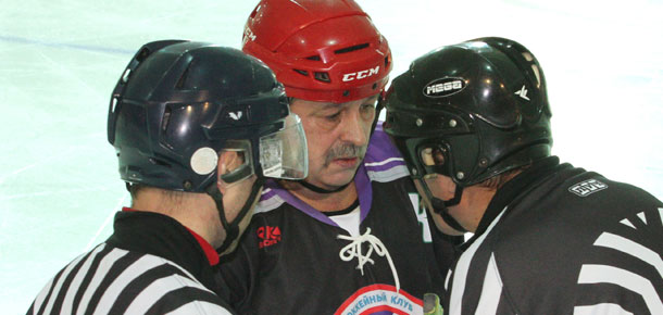 В субботнем матче первенства Печоры по хоккею с шайбой, проходящем в СОК «Сияние севера», встречались команды «Феникс» и «Ветераны»